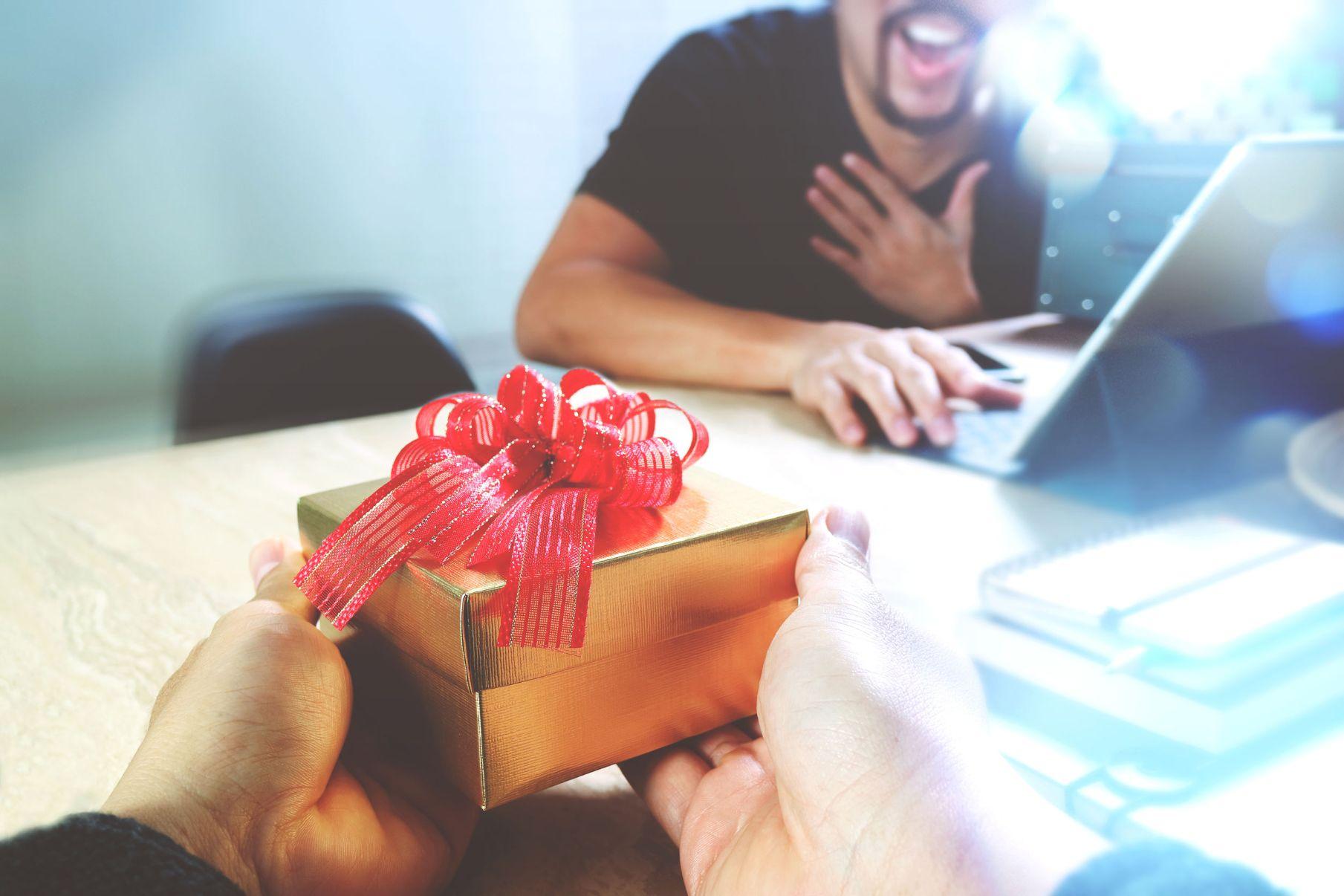Geschenk_überreichen