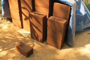 Frisch-gepresste-Erde-Zement-Blöcke