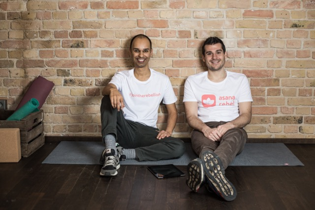 Asana Rebel_Gründer Duo_Matte_sitzend