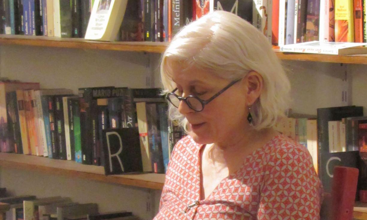 Angela Flury bei einer Lesung