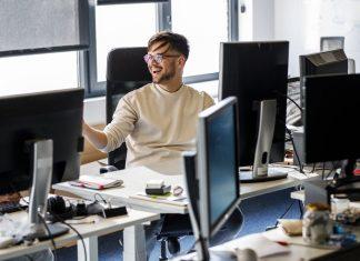 Ergonomisch eingerichtetes Büro in einem Startup
