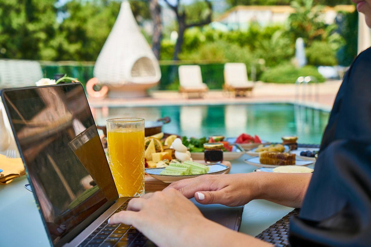 `Pool, Drinks und Arbeiten