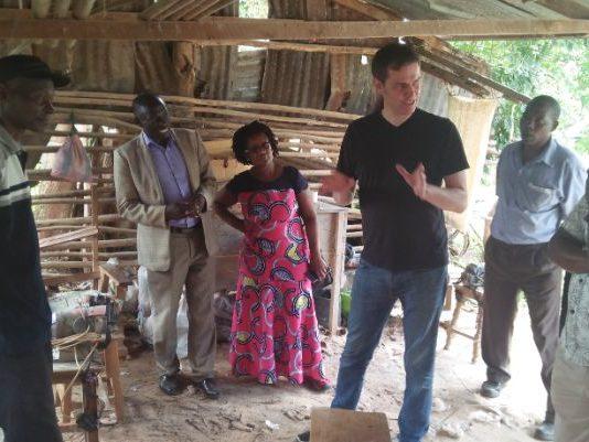 Jochen Baumeister erklärt die Arbeit von Urban Change Lab vor Ort (1)