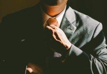 Person im Anzug mit Krawatte