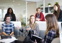 Ein Teamgespräch in einem Startup: Die Mitarbeiter sollen beteiligt werden