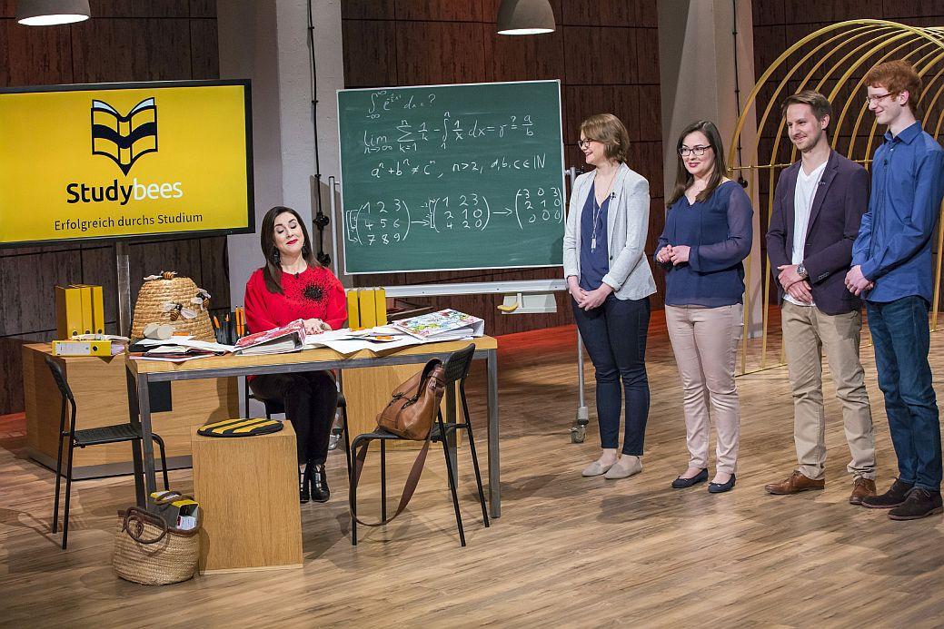 """V.l.: Judith Williams und die """"Studybees""""-Gründer Julia Hetzel, Alexandra Slabskaia, Fabian Klein und Johannes Saal."""