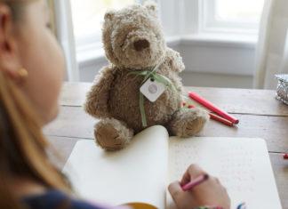 Tile an einem Teddy