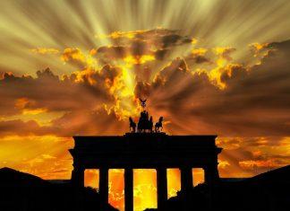 Brandenburger Tor mit Sonnenuntergang als Zeichen für eine innovative Zukunft