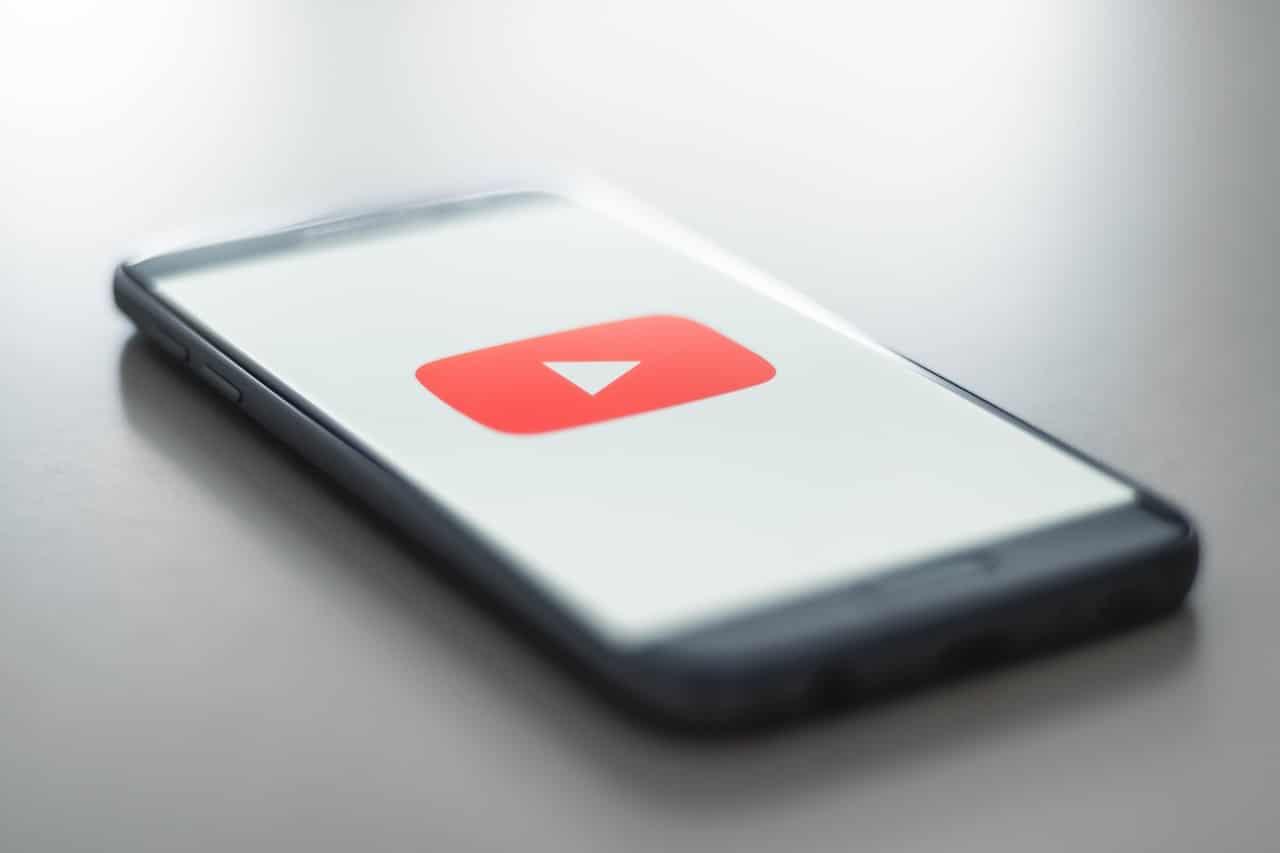 Smartphone mit YouTube Logo.