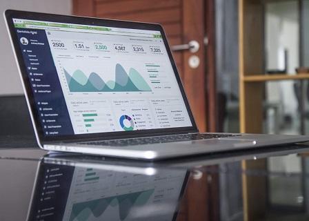 Laptop mit Diagrammen auf Tisch