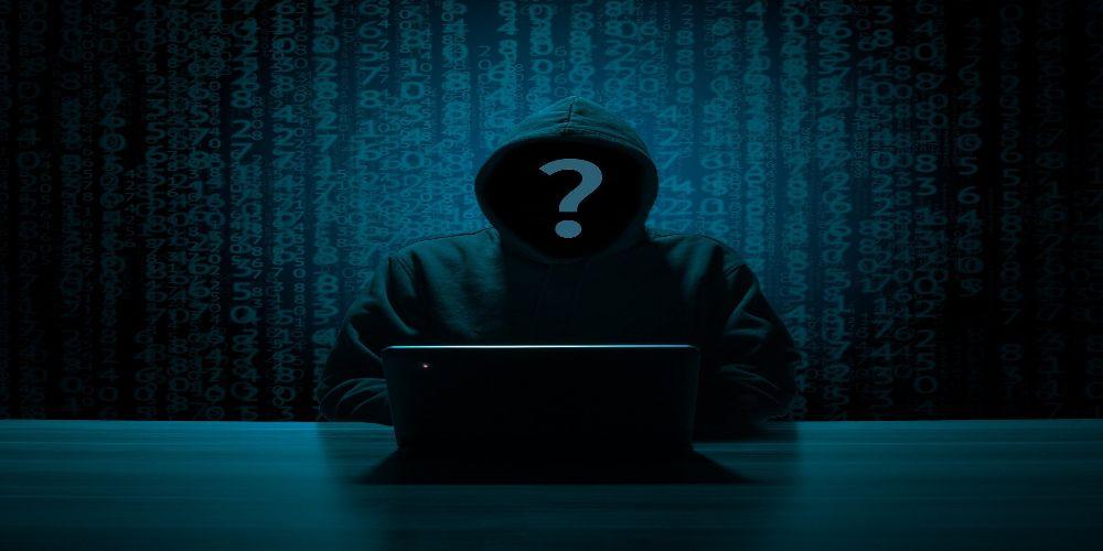 Hacker der sich in ein Unternehmen hackt