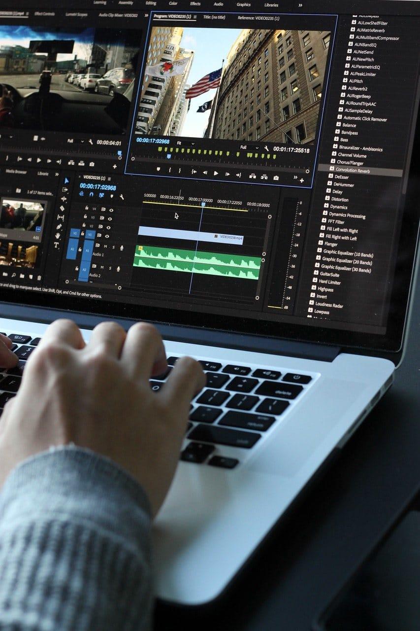 Laptop mit Renderprogramm für Videos.