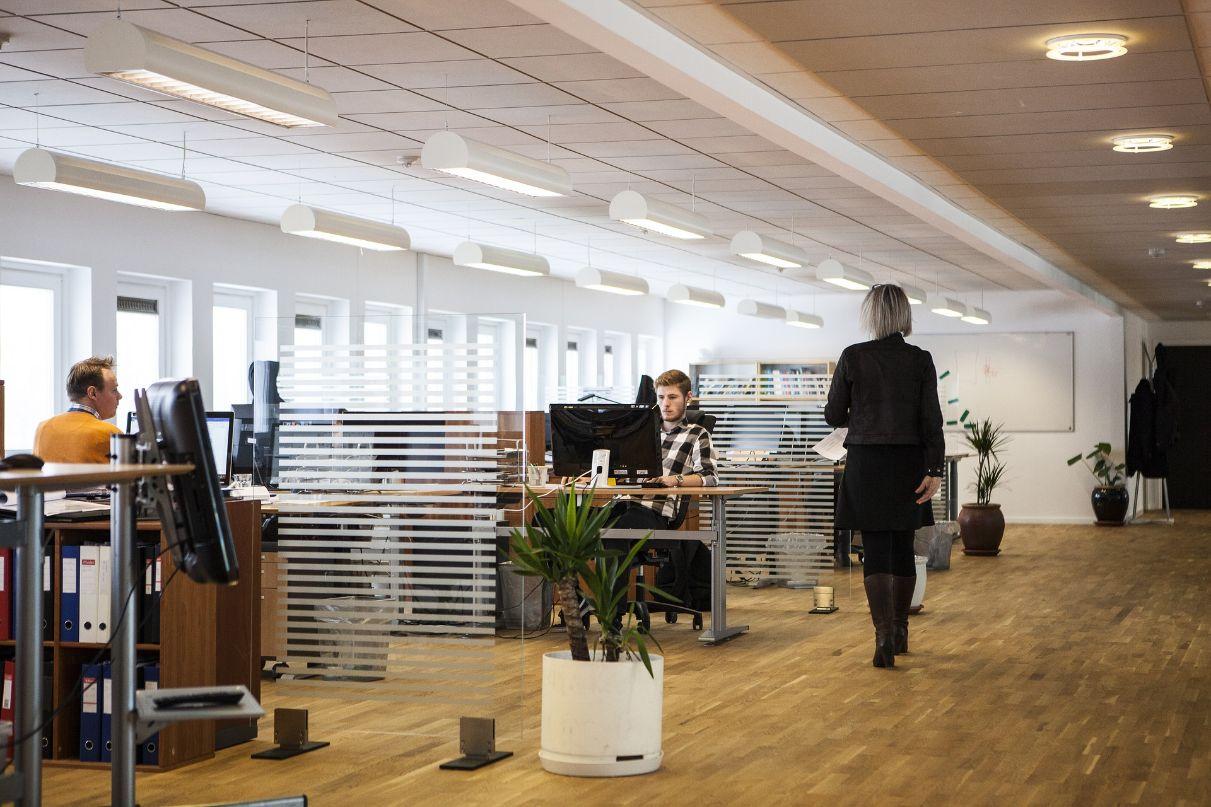 Ausschnitt eines Büros, welches modern eingerichtet ist