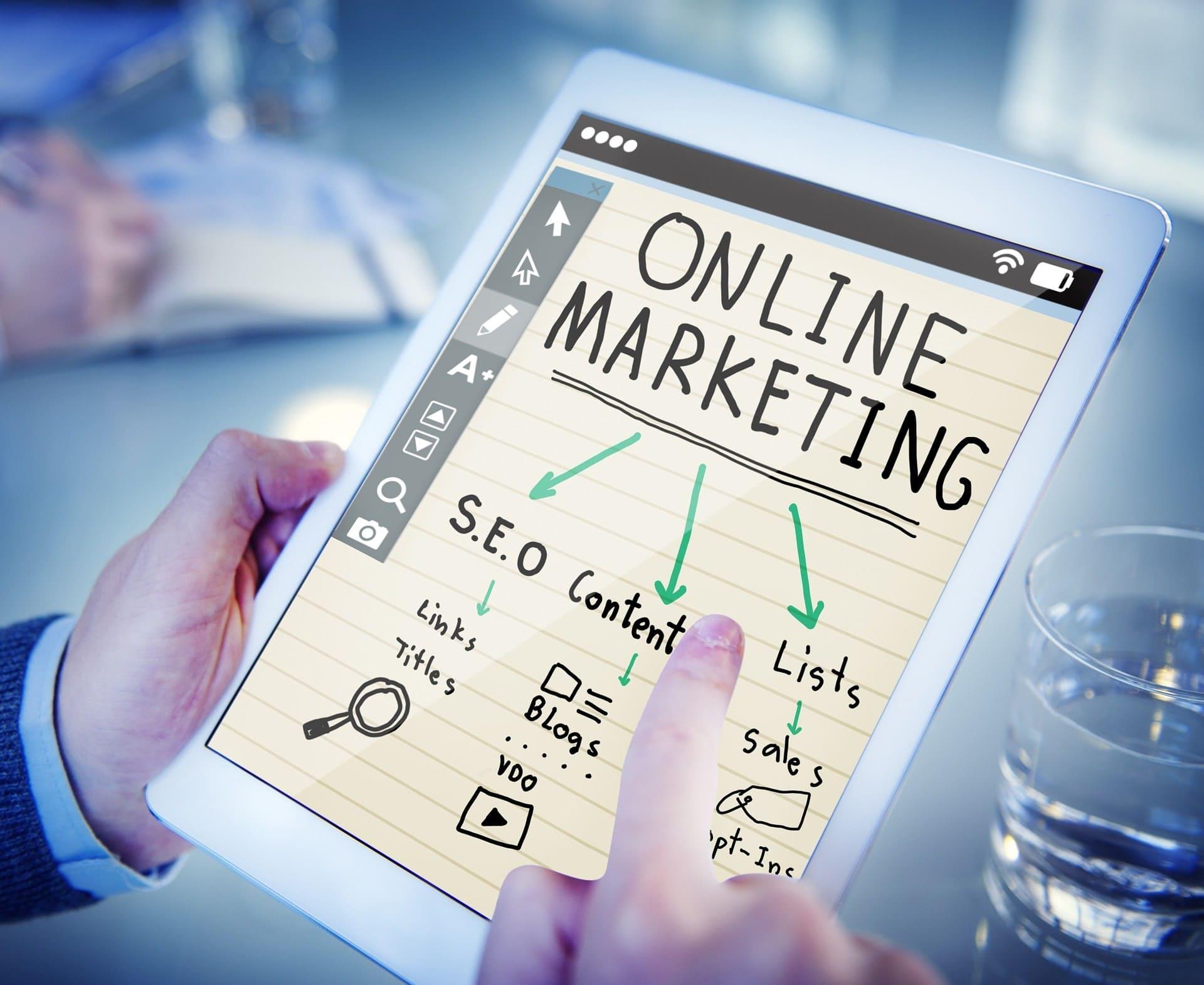 """Tablet mit Schriftzug """"Online Marketing"""" und davon abzweigungen."""