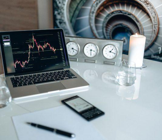 SEO Laptop auf Schreibtisch